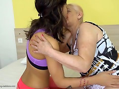 Old mom licks hairy armpits shaving pussyget fucks young daughter