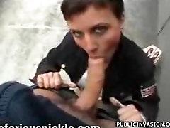 Trumpaplaukio Euro mergina suteikia galvos viešųjų kai kišenėje pinigų