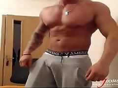 Thick new xxxgarls musclehunk jerks off on webcam from JockMenLive