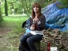 Klīstot pa mežu, jauna meitene izpaužas fucked ar diviem vecs klaidonis