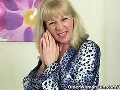 Britų granny Elaine dirba savo seną pūlingas