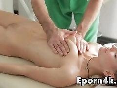 Skinny blonde mažas-papai pūlingas masažas