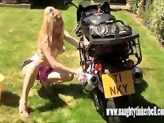 Neklaužada blonde mergina siurbimo pūlingas ir fucking anal sekso žaislą motociklas