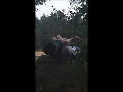 Pohoten milf, ujete v gozd masturbira