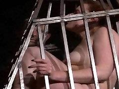 Nuolankus Isabel Dekanai narve fetišas ir bastinado kojų plakta nelaisvėje