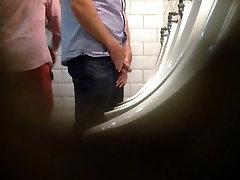 जासूस समलैंगिक, मूत्रालय