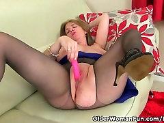 Big titted milf Lily iš UK dirba savo reljefiniai šiknius
