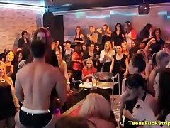 सींग का बना पागल हो जाना के लिए लंड ढंकी महिला नंगा मर्द पार्टी