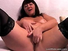 Reife Frau masturbiert auf webcam
