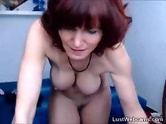 Busty mature v nogavice dildoing njeno muco na webcam