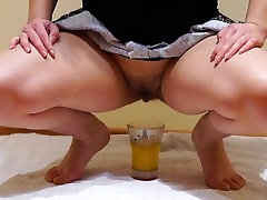 Dekle s s kosmato muco, layla jerking v kozarec in pijejo svoje urina