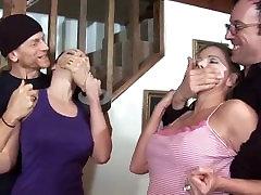 2 Merginos plika šeimininku