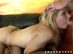 Skinny blonde grubiai naudojama blowjob