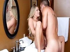 बड़े स्तन hell house hypno teens open pussy on खुशी में मदद करता है, बेटे के साथ बाथरूम में