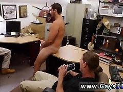 Gay oblečeni blowjob filmov koleg gril stud gre gej za denar, ki ga potrebuje