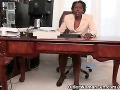 Biuro granny Amanda juostelėmis off ir žaidžia su savo seną pūlingas