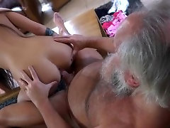 Vruća crnka prekrasna pomaže u grču off blak gle пердун osjetiti pravi seks užitaka