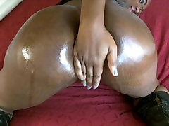 Doll oils and shakes her musterbatiion caght juicy booty
