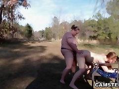 महिला समलैंगिकों को बड़े स्तन के साथ उपयोग के दौरान पर asnis budak के घर के बाहर पिकनिक