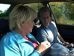 Sena močiutė gauna prikaltas į automobilį