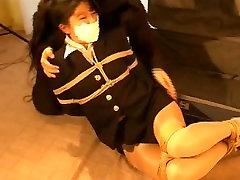 amateur teen ladycock OLIS jungiasi, gagged, hogtied ir įdaryti lagaminas