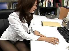 ए वी मॉडल shiori tsukimi में बहुत कम miniskirt से ग्रस्त है, अपस्कर्ट दृश्यरतिक!