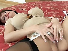 LADY SONIA wants you to Finger her hard