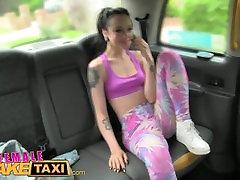 FemaleFakeTaxi सेक्सी समलैंगिक का benson teases पर सेक्स में टैक्सी