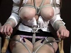 अभिनेत्री बाँधने के निदेशक की कुर्सी और स्तनों को उजागर