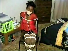 Ebony mergina nelaisvėje susieta ir gagged