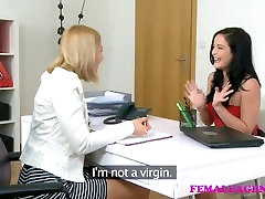 FemaleAgent Seksi minx okus njena prva muca