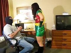 रॉबिन बाध्य और गला घोट दिया superheroine