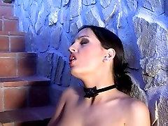 Eve Angel se masturbe dans les escaliers