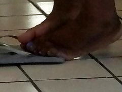 Ebony feet at laundrymat 910