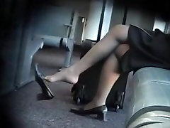 Pantyhose shoe dangling is the best ever seen in public