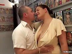 IND.VOISINES - PHOEBE BAISE AU SEX-SHOP