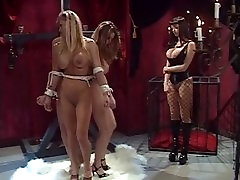 तीन लड़कियों को एक पोल करने के लिए बंधे
