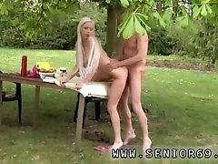Starica Pušenje снэпчат Pavao ukusu ga doručak u vrtu s