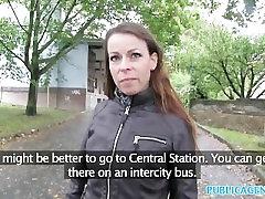 PublicAgent Karšto brunetka girl fucks herself in bath gauna pakliuvom kieta pinigų ant automobilio variklio dangčio