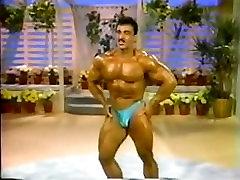 Pro Bodybuilder shy boy undressed Comparsion Z Talkshow Gostiteljske