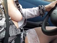 une filė tarpininku sa voiture sans jupette et se masturbe