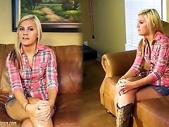 Amaterski dekle Bailey masturbates na vlivanje kavču