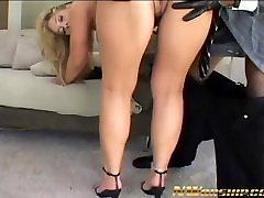 sulīgs blonde milf big tits fucked ar melnu gailis starprasu sekss