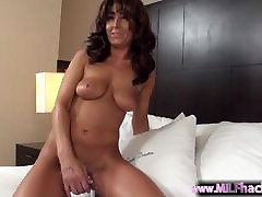 Brunette viol un mec MOM plays with her pussy