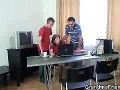 Bestemor og gutter ungdoms trekant i office