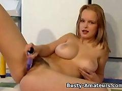 Busty Persikai dėl analinė masturbacija