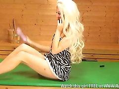खूबसूरत सुनहरे बालों वाली ब्रुक लोगान में saun