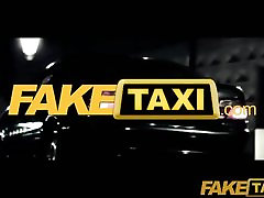FakeTaxi - Juodi plaukai tatuiruotę jaunų Britų