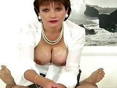 Brandus femdom gyvulių brit missa daddy pussy muscle sqweezing penis hard handjob