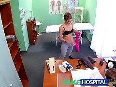 FakeHospital Σύντομη lahor boys sex κούκλα έχει ασφάλισης, αλλά έχει ένα πολύ σφιχτό μουνί
